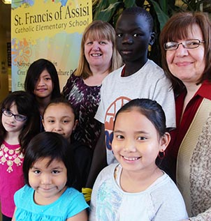 Students from St. Francis of Assisi School in Edmonton, accompanied here by Kathy Dekker and Sandra Talarico, have sent a video to Pope Francis inviting him to visit their school.